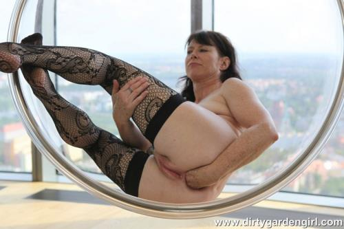 DirtyGardenGirl - Self fisting in the plastic ball (FullHD)