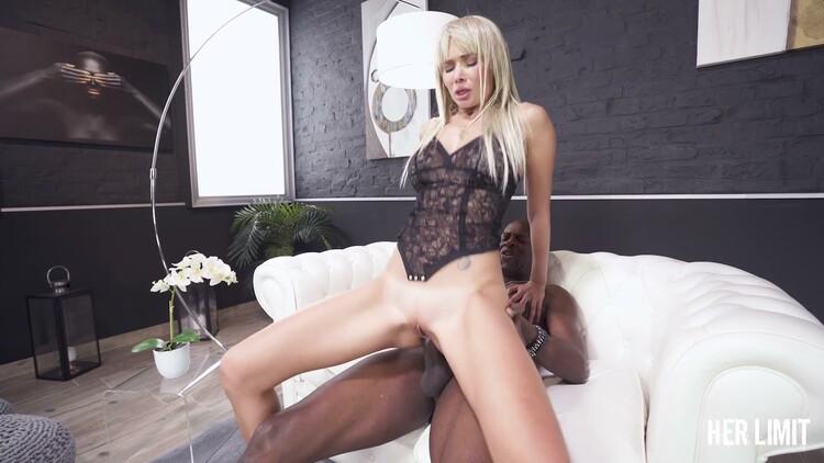 Blonde Mädchen Polina ist solo masturbieren