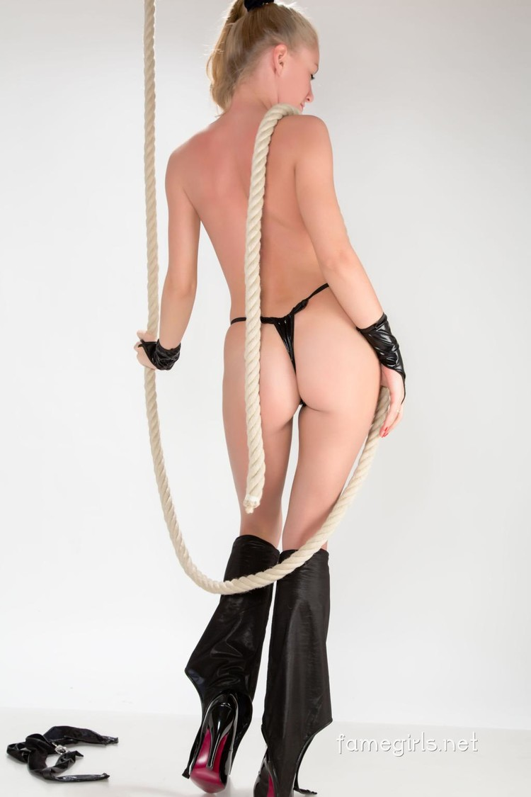 Rubia hermosa usa lencería de látex muy sexy