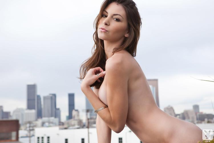 Amber Sym muestra su cuerpo en lencería