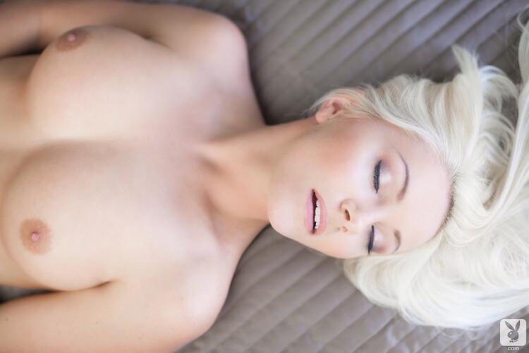 Andrea una bella rubia en lencería