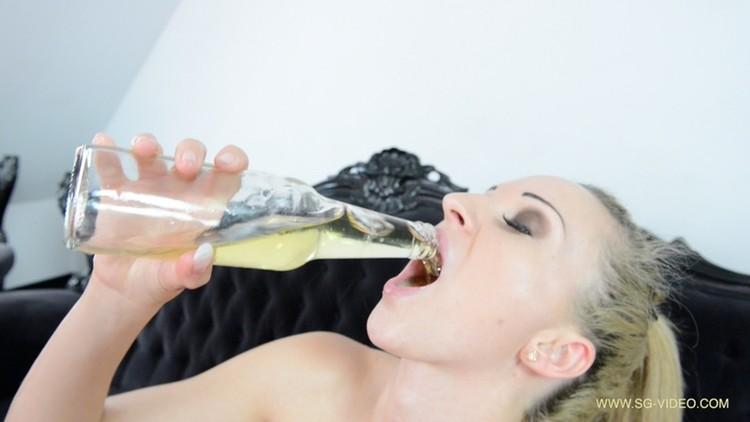 SG-Video - Pee Swallow And Dildo Game Starring Melania