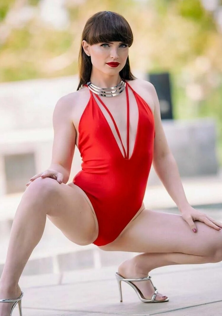 Brunette beauty Natalie Mars is a stunning TS pornstar PiratTranny