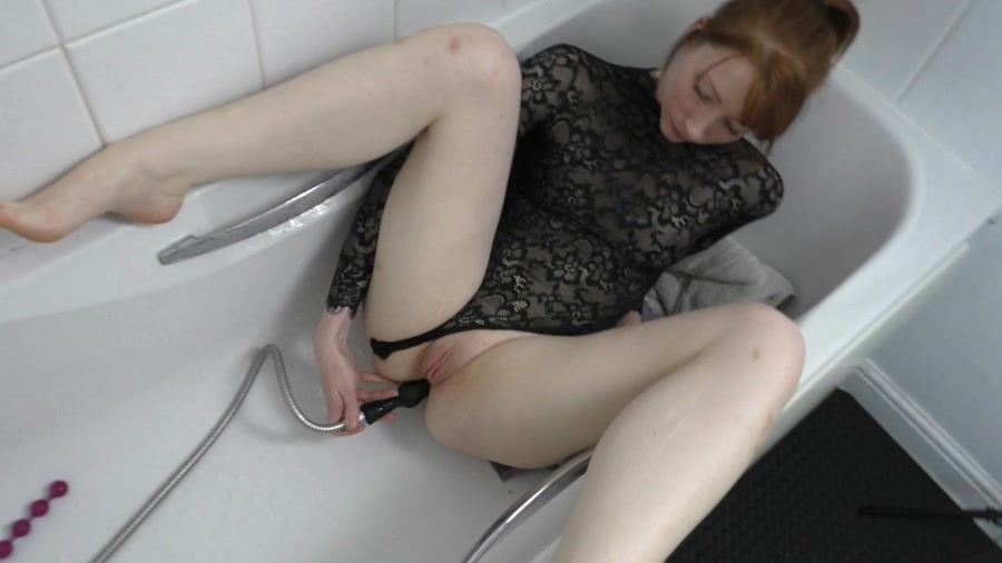 Scat Sex - Defecation - ScatSlammers - Shower Hose Douching by Kinky Kelz (04 November 2019/720p/1.02 GB)